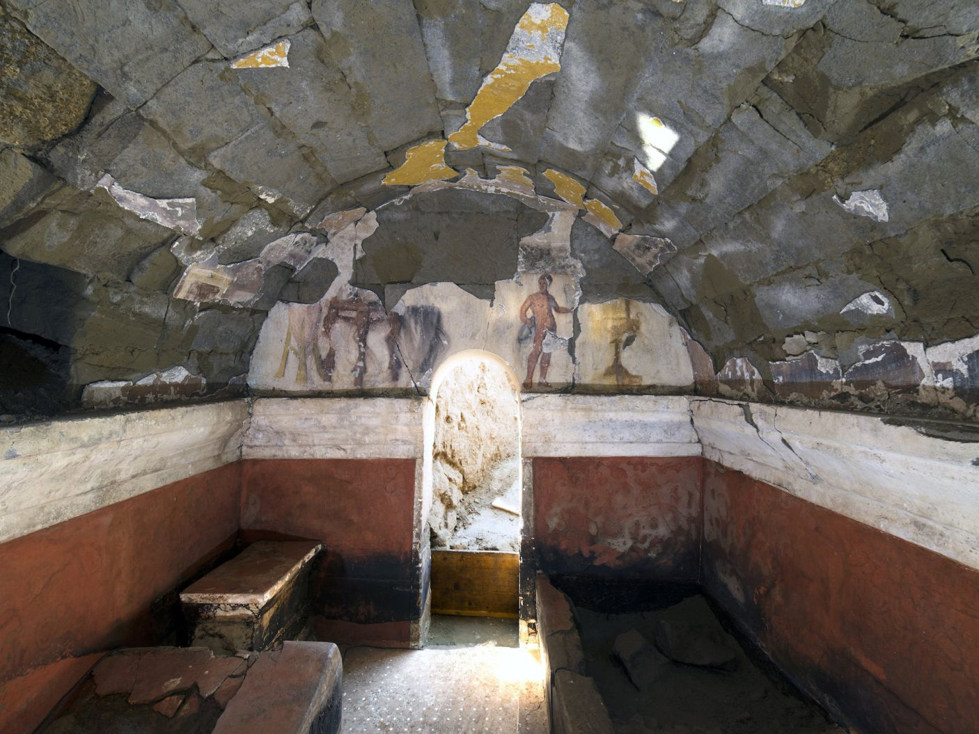 Naked Servant Depicted in Newly Discovered 2,200-Year-Old Tomb Mural in Italy