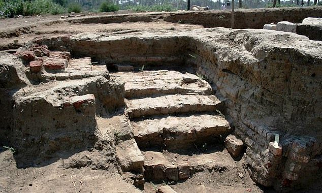 Archaeologists discover a massive Roman ancient building in Egypt