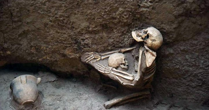 Archaeologists find 4,000-year-old skeletons of mother Clutching a child to her chest at China