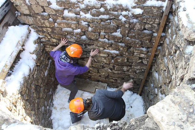 Researchers pack the shaft at Augusta Raurica with snow. File photo: Peter-Andrew Schwarz