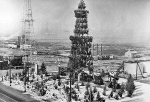 Oil derrick decorated as a Christmas tree, Huntington Beach, 1939.