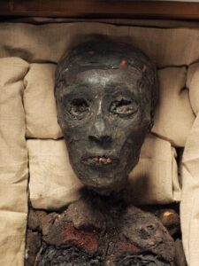 This is what Tutankhamun looked like when the mummy's bandages were unraveled